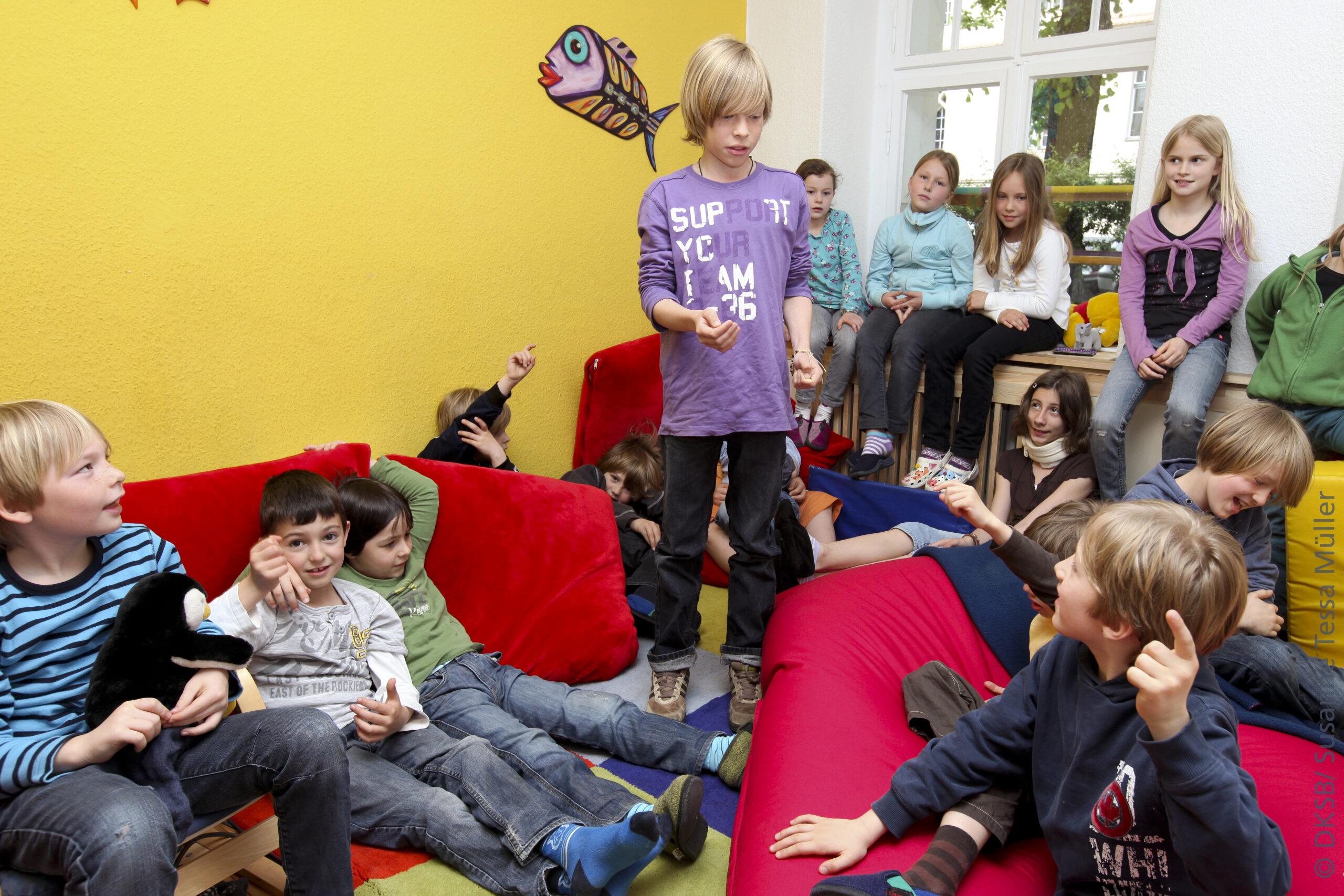 Viele Kinder unterhalten sich in einem Raum