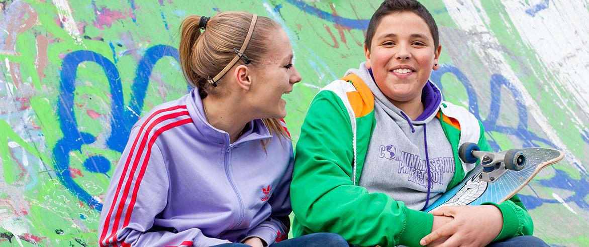 Zwei Jugendliche lachen und unterhalten sich