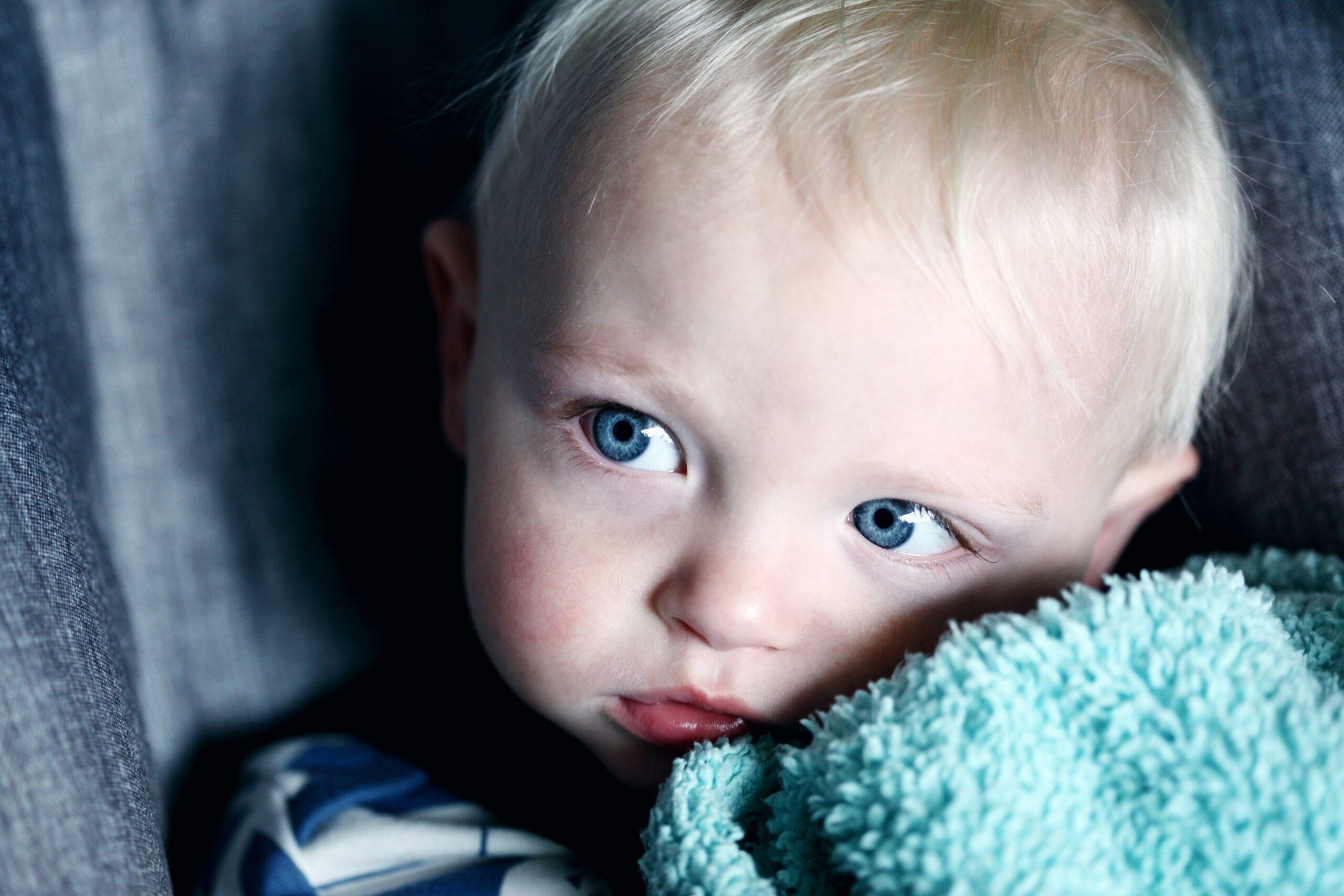 ein kleines Kind schaut nachdenklich